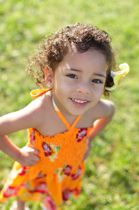 フラダンスの衣装を着ているハーフの女の子の写真素材 [FYI02019584]