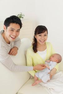 新生児を抱っこする新米パパとママの写真素材 [FYI02019601]
