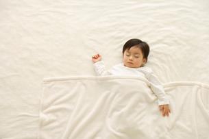 お昼寝する子供の写真素材 [FYI02019603]