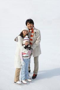 スケートリンクの上で寄り添う親子の写真素材 [FYI02019623]