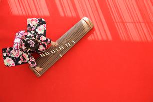 振り袖を着てお琴を弾く女の子の写真素材 [FYI02019641]