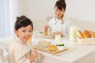 シチューを食べる女の子とお母さんの写真素材 [FYI02019666]