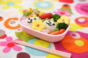 子供のキャラクター弁当の写真素材 [FYI02019687]