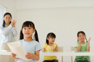 作文を読む女の子の写真素材 [FYI02019704]
