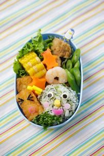 子供のキャラクター弁当の写真素材 [FYI02019707]