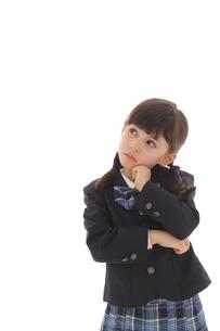 腕組みをして悩む制服姿の女の子の写真素材 [FYI02019715]