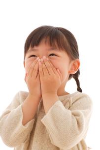 セーターを着た女の子のポートレートの写真素材 [FYI02019723]