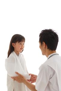 骨折している女の子と医師の写真素材 [FYI02019737]