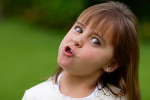 新緑の中の白人女の子のポートレートの写真素材 [FYI02019751]