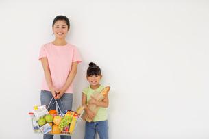 買い物をする親子の写真素材 [FYI02019767]