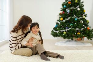 クリスマスツリーのあるリビングでくつろぐ女の子とお母さんの写真素材 [FYI02019785]