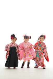 ダンスを踊る3人の七五三祝いの女の子の写真素材 [FYI02019804]