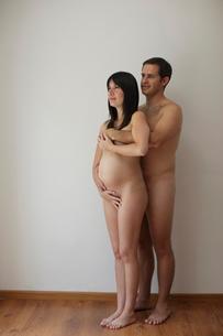 妊婦と男性のヌードのポートレートの写真素材 [FYI02019851]