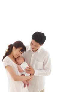 新生児を抱っこする新米パパとママの写真素材 [FYI02019876]