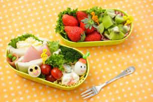 子供のキャラクター弁当の写真素材 [FYI02019878]