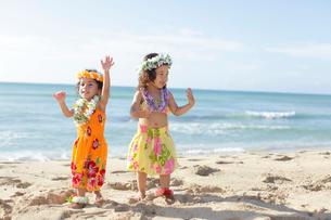海岸でフラダンスを踊っているハーフの女の子達の写真素材 [FYI02019977]