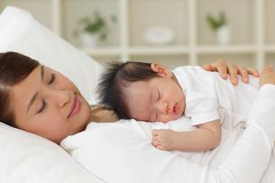ママの胸の上で眠る新生児の写真素材 [FYI02019987]