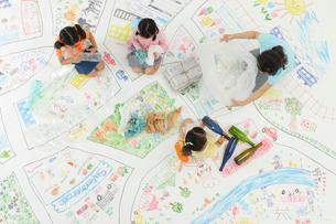 ゴミを分別するお母さんと女の子たちの写真素材 [FYI02020064]