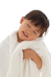 真っ白いタオルに包まれる女の子の写真素材 [FYI02020074]