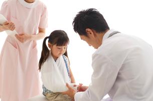 診察を受ける骨折した女の子の写真素材 [FYI02020110]