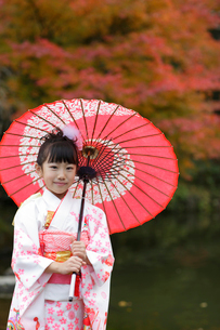 番傘をさす着物姿の女の子の写真素材 [FYI02020137]