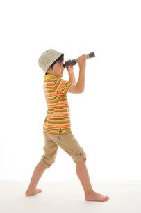 単眼鏡を覗いているハーフの男の子の写真素材 [FYI02020202]