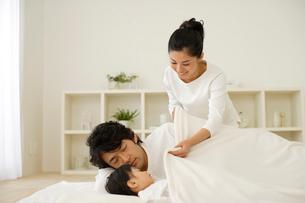 家族のお昼寝風景の写真素材 [FYI02020280]