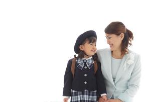 制服姿の幼稚園児とスーツ姿のお母さんの写真素材 [FYI02020388]