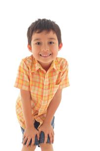 覗き込む男の子の写真素材 [FYI02020486]