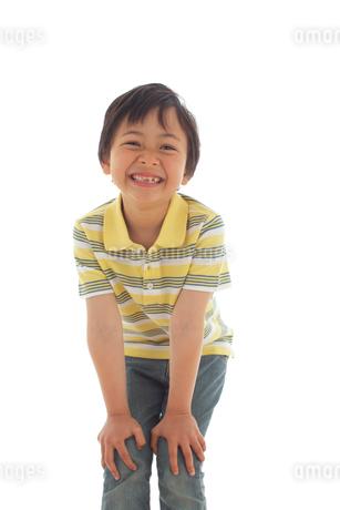 覗き込む男の子の写真素材 [FYI02020541]