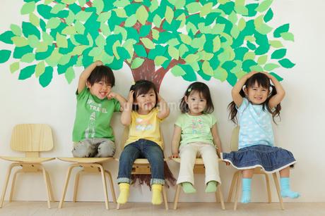 保育園児と大きな樹の切り絵の壁の写真素材 [FYI02020575]