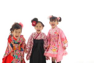 手を繋ぐ3人の七五三祝いの女の子の写真素材 [FYI02020586]