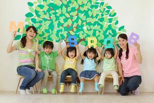 アルファベットを持つ園児と先生の写真素材 [FYI02020622]
