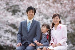 桜と新入学の赤いランドセルの女の子と両親の写真素材 [FYI02020679]