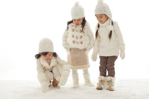 雪遊びをする3人の女の子の写真素材 [FYI02020695]