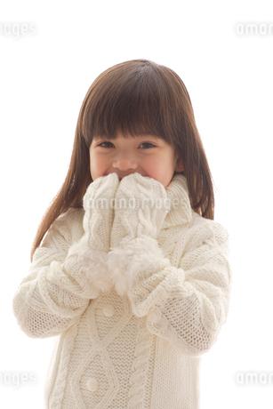 セータを着ている女の子の写真素材 [FYI02020702]