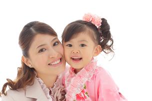 顔を寄せ合う七五三の女の子とママの写真素材 [FYI02020761]