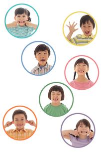 面白い顔をする男の子と女の子の写真素材 [FYI02020870]