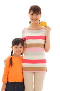 お財布を持つ女の子とお母さんの写真素材 [FYI02020943]