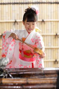 七五三詣りの女の子の写真素材 [FYI02020976]