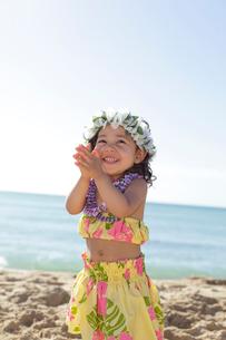 海岸でフラダンスを踊っているハーフの女の子の写真素材 [FYI02021038]