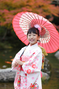 番傘をさす着物姿の女の子の写真素材 [FYI02021056]