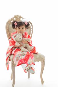 椅子に座る七五三祝いの女の子の写真素材 [FYI02021112]