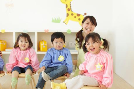 椅子に座る幼稚園児と先生の写真素材 [FYI02021168]