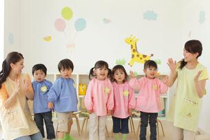 先生と遊ぶ幼稚園児の写真素材 [FYI02021176]