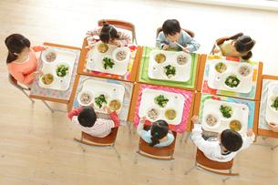 小学校の給食の時間の写真素材 [FYI02021271]