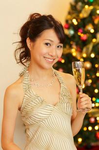 クリスマスパーティーを楽しむ女性の写真素材 [FYI02021287]