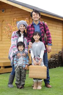 笑顔の4人家族のポートレートの写真素材 [FYI02021330]