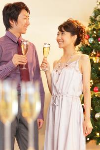 クリスマスパーティーを楽しむ若い男女の写真素材 [FYI02021332]