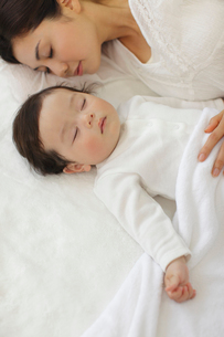 眠る赤ちゃんとお母さんの写真素材 [FYI02021334]